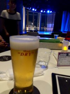 ショーの合間の休憩中にビールを飲みながら役者さんとお話し