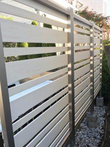 フェンスの支柱を基礎石に入れてモルタルで固定